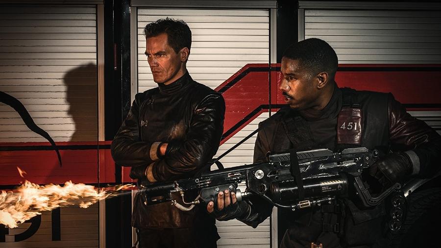 """Os atores Michael Shannon e Michael B. Jordan em cena de """"Fahrenheit 451"""" - Reprodução"""
