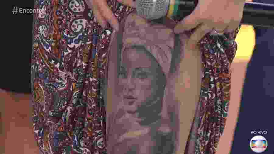 Fã tatuou o rosto de Karin Hils na perna - Reprodução/TV Globo