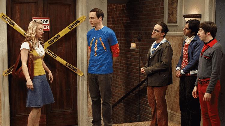 """O elenco de """"The Big Bang Theory"""" e o famoso elevador quebrado - Reprodução - Reprodução"""