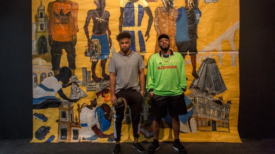 """Maxwell Alexandre e BK em frente a pintura da capa de """"Gigantes"""" - Matias Maxx/UOL"""