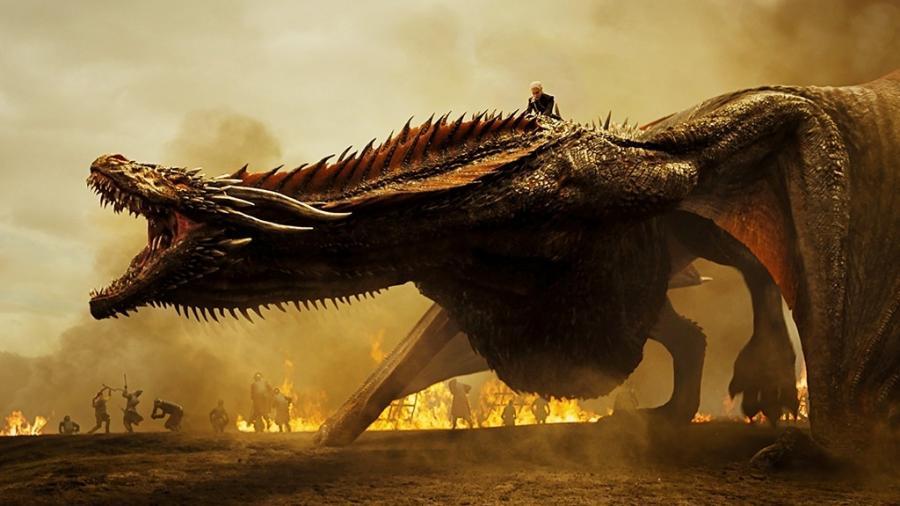 """Daenerys (Emilia Clarke) comanda Drogon em cena da sétima temporada de """"Game of Thrones"""" - Divulgação"""