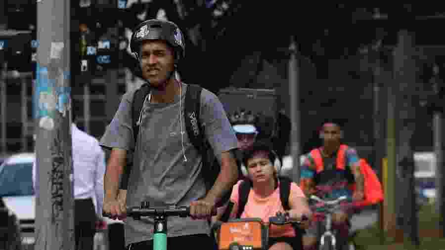 Usuário de patinete com capacete -  RENATO S. CERQUEIRA/FUTURA PRESS/FUTURA PRESS/ESTADÃO CONTEÚDO