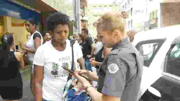 Charlete conversa com uma das policiais em frente à C&A da rua 24 de Maio, no centro de São Paulo - Reprodução/Facebook/Jornalistas Livres