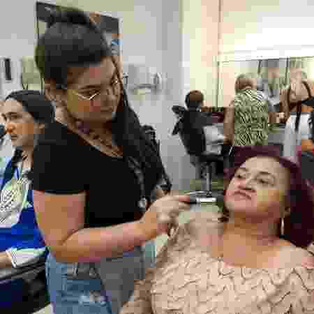 Carminha é maquiada no SBT - Paulo Pacheco/UOL