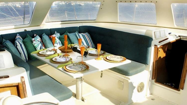Interior do catamarã Seawind 1000, de Armando Faria, disponibilizado para aluguel pela Nautal - Divulgação