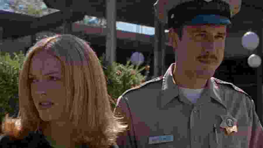 """David Arquette (à dir.) com Rose McGowan em cena de """"Pânico"""" (1996) - Reprodução/IMDb"""