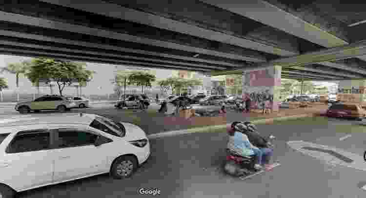 Pessoas vivem em situação de rua embaixo do viaduto conhecido como Minhocão, região central de SP - Google Maps - Google Maps