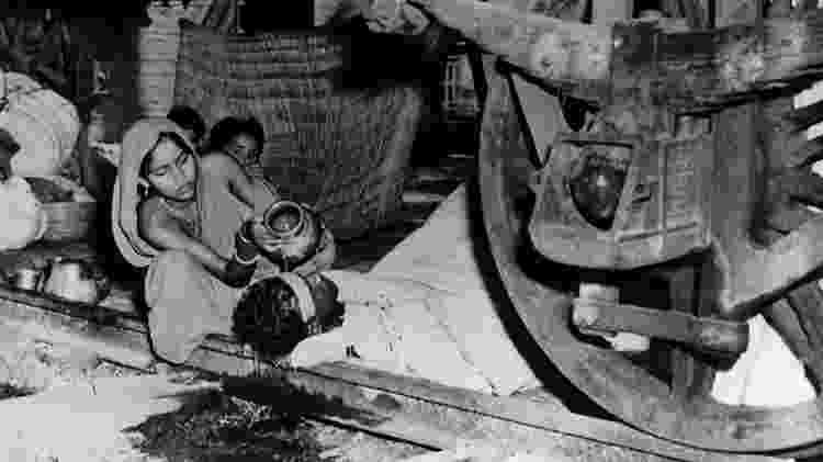 Mulher cuida do marido com malária na Índia, em foto de 1947 - Gamma-Keystone via Getty Images - Gamma-Keystone via Getty Images