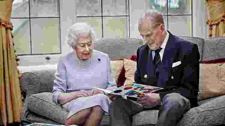Rainha britânica Elizabeth e seu marido, príncipe Philip, em retrato oficial de comemoração do 73º aniversário de casamento - via REUTERS - via REUTERS