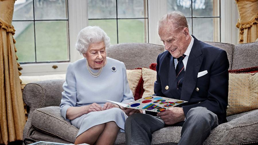Rainha Elizabeth se despedirá do marido, príncipe Philip, amanhã; funeral terá breve momento da rainha ao lado do caixão - via REUTERS