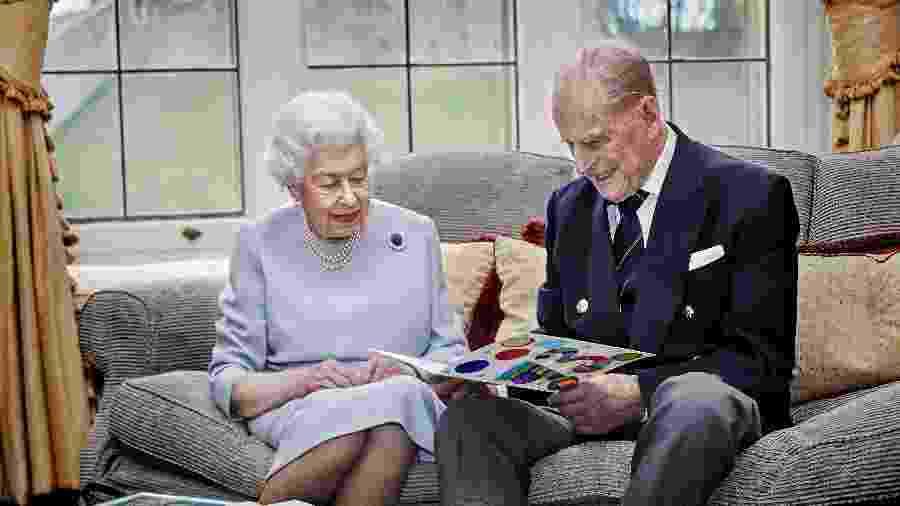 Rainha Elizabeth 2ª e seu marido, príncipe Philip, em retrato oficial de comemoração do 73º aniversário de casamento - via REUTERS