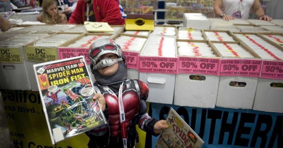11.jul.2015 - O garoto Peter Weber, 4, de Nashville, se fantasiou como o Homem-Formiga para ir à San Diego Comic-Con. Ele mostra alguns dos gibis que seu pai comprou durante o evento
