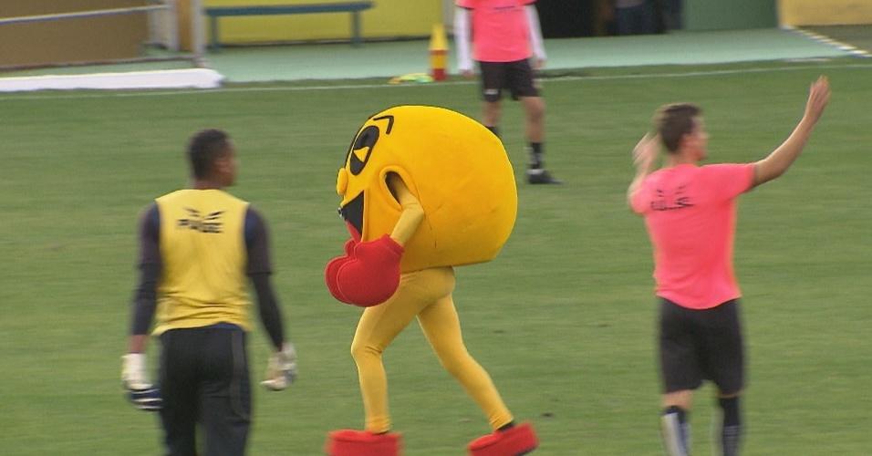 Vestido de Pac-Man, Ivo Holanda invade jogo de futebol e causa grande alvoroço entre os jogadores