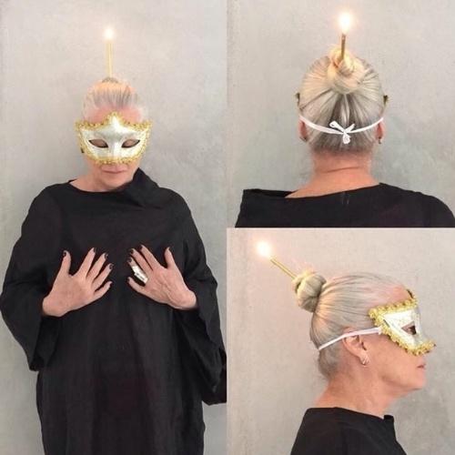 7.ago.2015 - Vera Holtz posta foto com vela no cabelo para comemorar seu aniversário de 63 anos