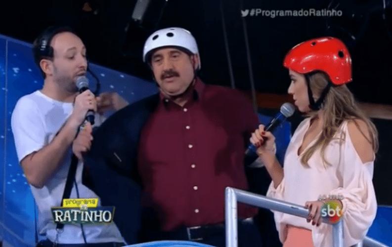 12.ago.2015 - Ratinho e Patrícia Abravanel, filha de Silvio Santos, fizeram uma aposta e desceram de tobogã durante o