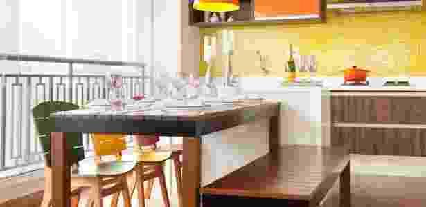 A mesa de jantar e o banco são parte da linha Tempo, assinada por Carlos Motta. As peças são de madeira maciça e têm base de alumínio . As cadeiras de eucalipto revestido com laminado também levam assinatura do designer, mas fazem parte da coleção Rio. Toda a marcenaria é em MDF (Oliver Marcenaria). O projeto da varanda é da designer Adriana Fontana - Adriana Barbosa/ Divulgação - Adriana Barbosa/ Divulgação