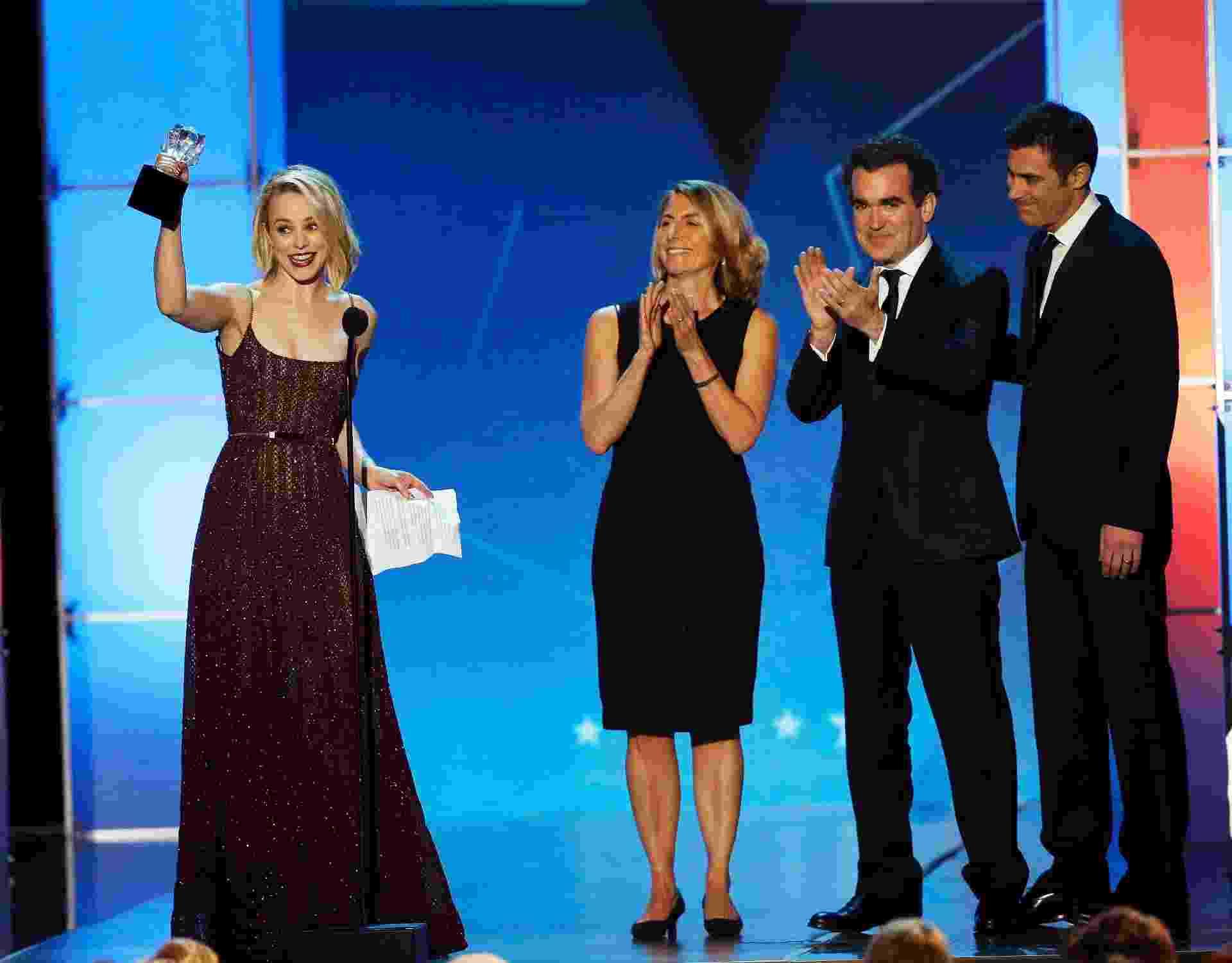 """17.jan.2016 - Atriz Rachel McAdams recebe o prêmio de melhor elenco por """"Spotlight: Segredos Revelados"""" no 21° Critics' Choice Awards, em Santa Monica, na Calífórnia - REUTERS/Mario Anzuoni"""