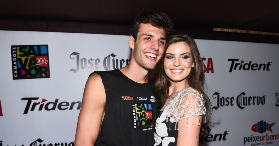 7.fev.2015 - Camila Queiroz e o namorado Lucas Cattani posam para fotos no Carnaval de Salvador