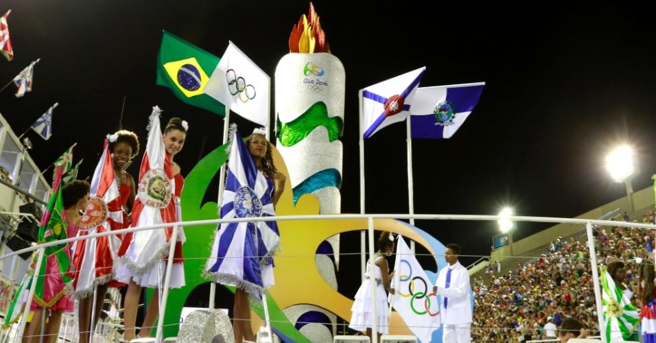 7.fev.2016 - Carro alegórico com tema olímpico fez parte da homenagem às Olimpíadas 2016, antes do início dos desfiles das escolas