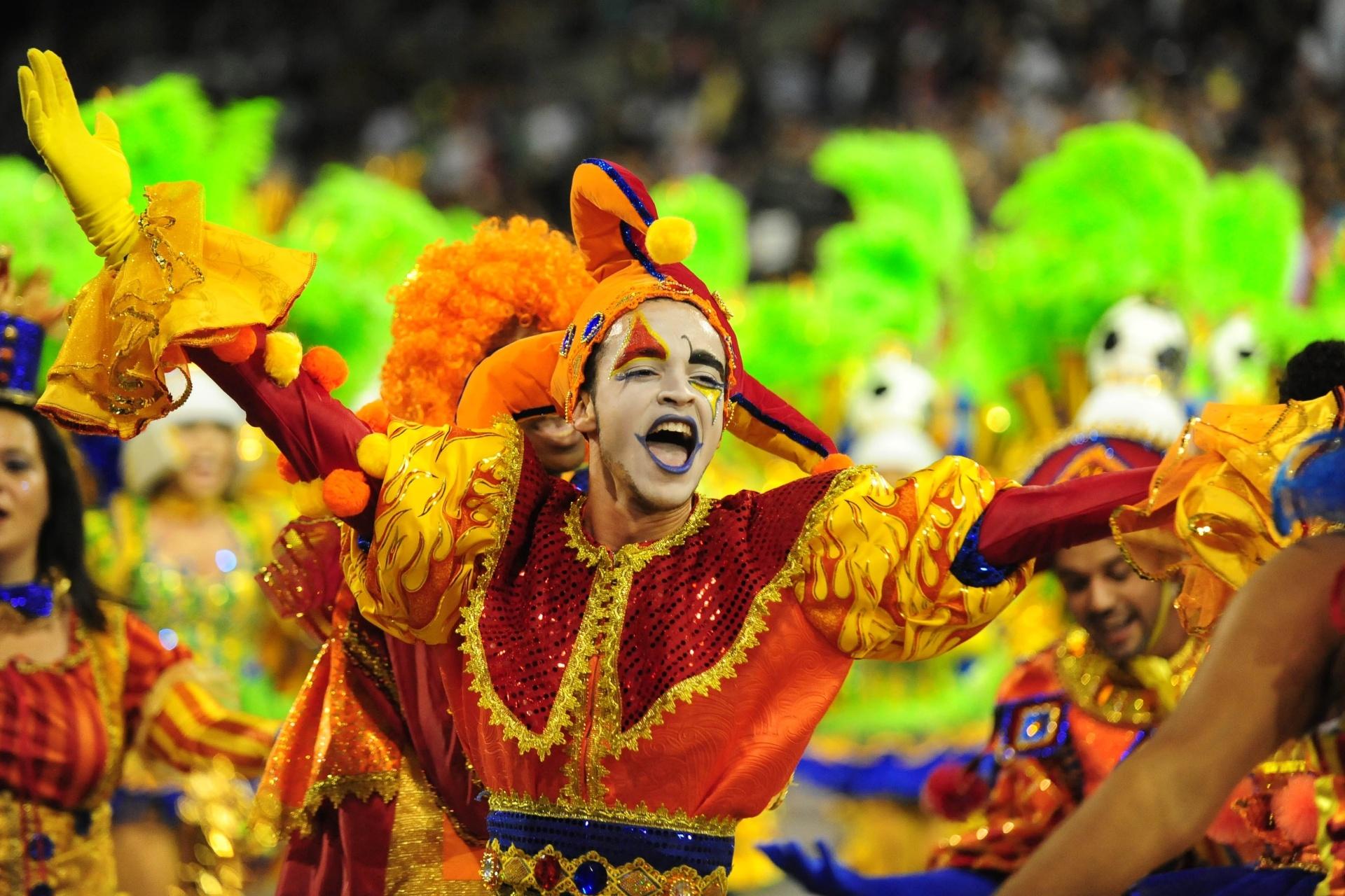 13.fev.2016 - Ala da Mocidade Alegre se fantasia de arlequim para homenagear o samba