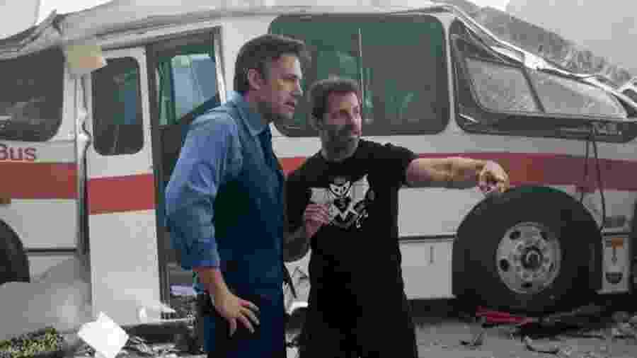 """Ben Affleck e o diretor Zack Snyder no set de """"Batman vs Superman: A Origem da Justiça"""" - Divulgação"""