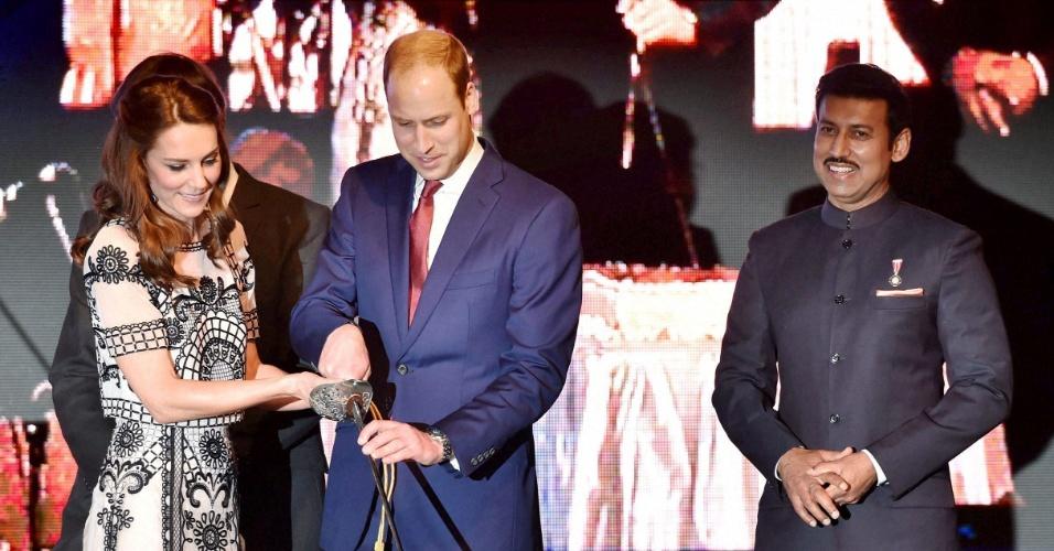 11.abr.2016 - Em visita oficial à Índia, Kate Middleton e o príncipe William cortam bolo com sabre para comemorar antecipadamente os 90 anos da Rainha Elizabeth 2ª, que serão completados no dia 21 de abril