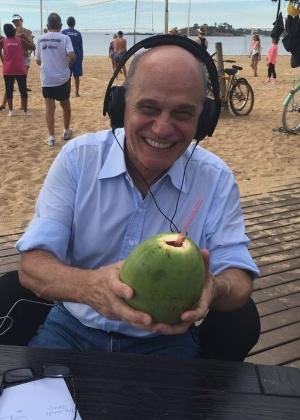 23.mai.2016 - Boechat curte Troféu Imprensa com água de coco e agradece bronca de Silvio - Reprodução/Facebook/Ricardo Boechat