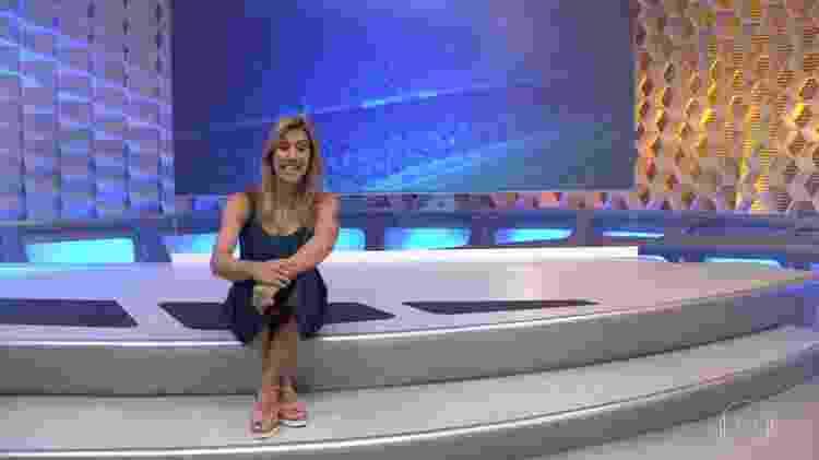 """Cris Dias sentada no degrau do """"Globo Esporte"""" - Reprodução/TV Globo"""
