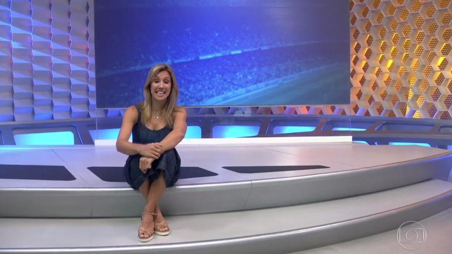 """Cris Dias sentadinha no degrau do """"Globo Esporte"""": meio que obrigatório - Reprodução/TV Globo"""