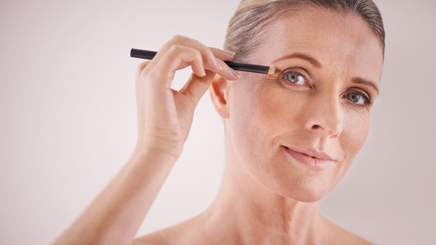 Muitas pessoas pintam as sobrancelhas com lápis ou sombra quando elas começam a ficar brancas, mas há outras saídas - iStock