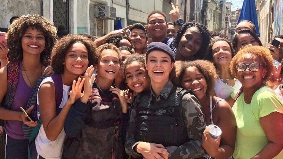 Paolla Oliveira é cercada por fãs em comunidade no Rio durante gravação - Reprodução/Instagram