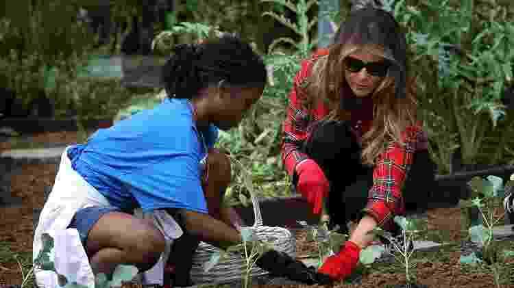 Melania Trump cuidando da horta no jardim da Casa Branca - Getty Images - Getty Images