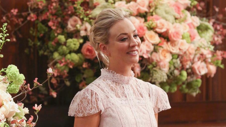 """Penny (Kaley Cuoco) mostra seu vestido de madrinha para o casamento de Amy em cena de """"The Big Bang Theory"""" - Divulgação"""