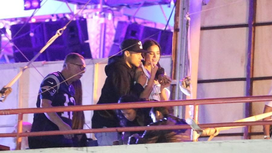 Bruna Marquezine e Neymar em clima de romance durante show do cantor Thiaguinho, no Rio - AgNews