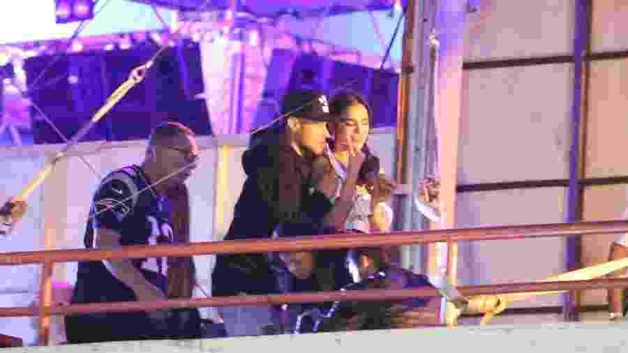 Bruna Marquezine e Neymar nos bastidores de show de Thiaguinho - AgNews
