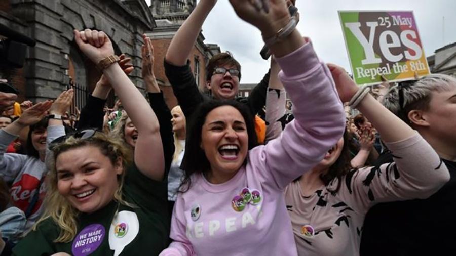 Mulheres comemoram resultado de referendo na Irlanda, que representa grande mudança na conservadora sociedade do país - Getty Images