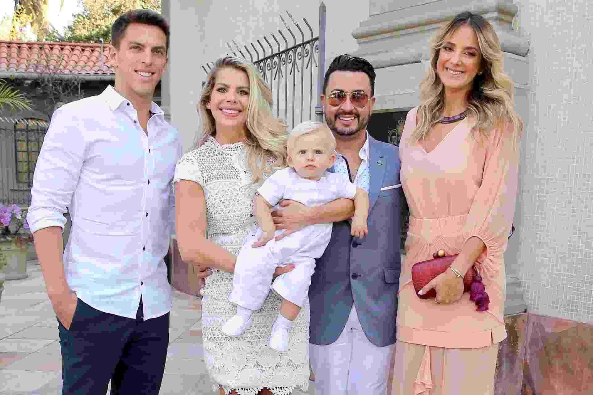 Amaury Nunes, Karina Bacchi posam ao lado dos padrinhos de Enrico, a apresentadora Ticiane Pinheiro e o cabeleireiro Fabinho Araujo - Manuela Scarpa/Brazil News