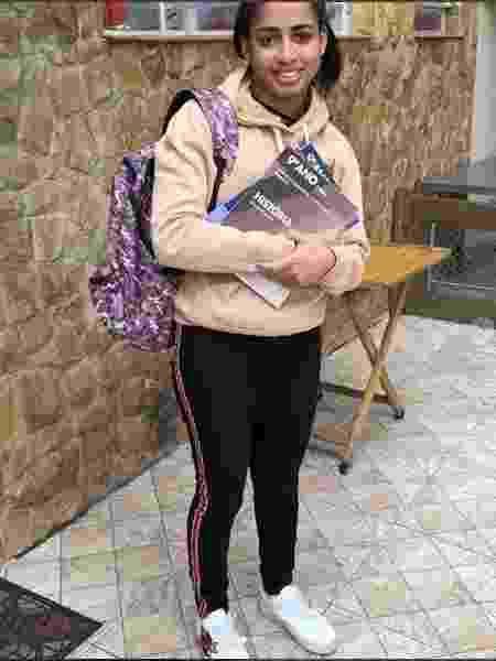 MC Loma compartilhou foto com livros e mochila e disse ter sofrido ataques nas redes sociais - Reprodução / Instagram