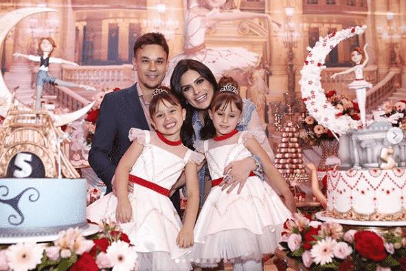 A família na mesa dos bolos: Leandro, Natália e as gêmeas Maya e Kiara - Reprodução/Instagram