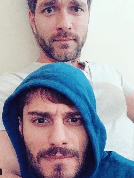 Hugo Bonemer e o namorado, Conrado Helt - Reprodução/Instagram
