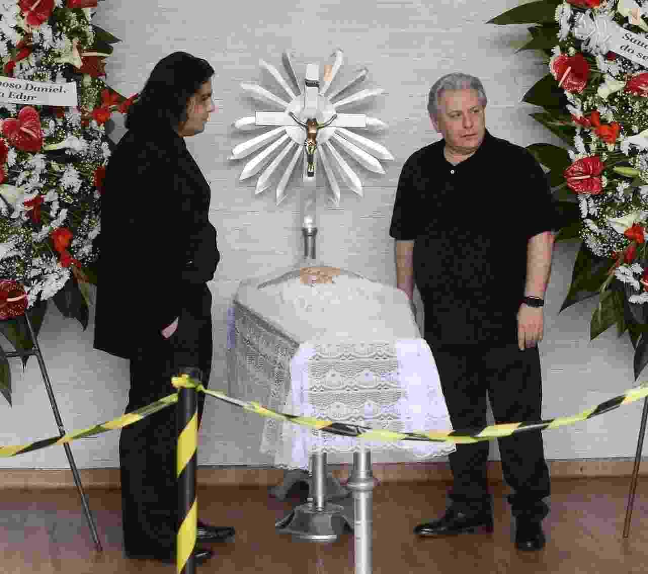 Corpo de Angela Maria é velado pelo viúvo Daniel D'Angelo no cemitério de Congonhas, em São Paulo - Francisco Cepeda/AgNews