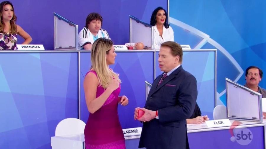 """Lívia Andrade e Silvio Santos no """"Jogo dos Pontinhos"""" - Reprodução/SBT"""