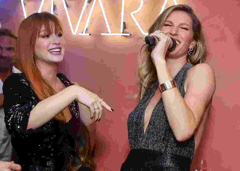 """Marina Ruy Barbosa e Gisele Bündchen cantam """"Evidências"""" em festa de Natal de marcas de joias, na noite de quarta-feira (19) em São Paulo - Manuela Scarpa/Brazil News"""