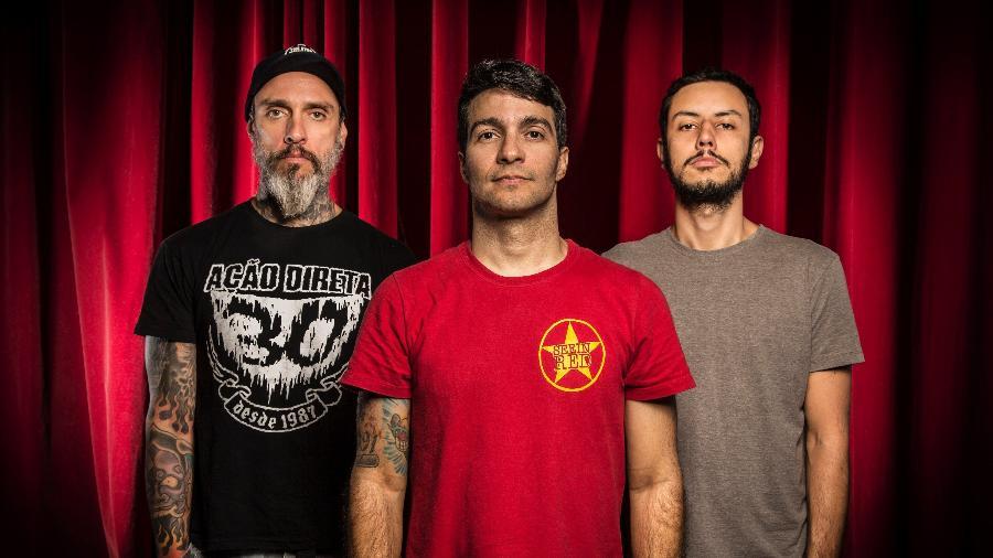 Dead Fish conta com Rodrigo Lima (voz, centro), Marcos Melloni (bateria, esquerda) e Ric Mastria (guitarra e baixo) - Marcelo Marafante/Divulgação