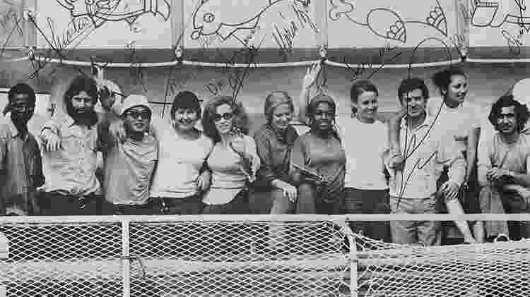 Os 11 participantes a bordo da balsa, com a capitã no meio - Fasad