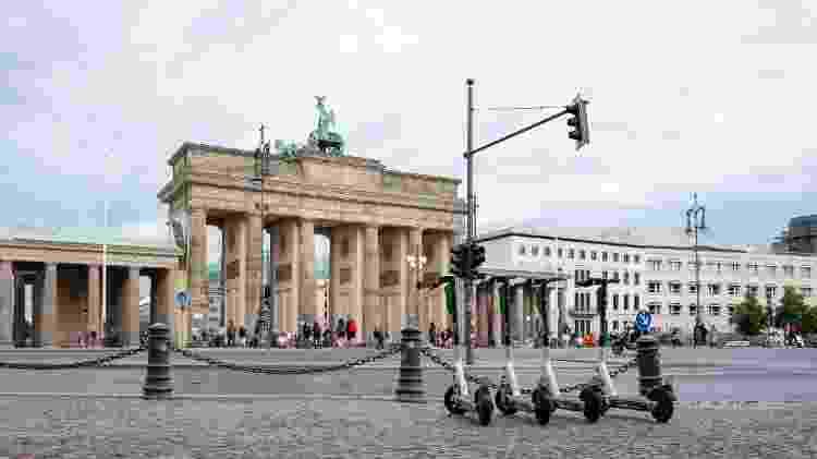 A polícia de Berlim vem aplicando multa de até 30 euros para quem anda nas calçadas  - Getty Images