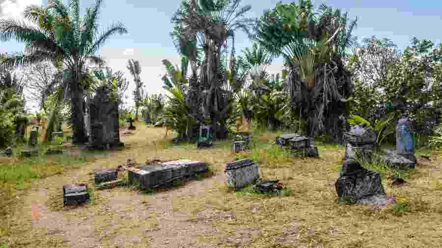 Sepulturas do cemitério de piratas da ilha de Nosy Boraha, em Madagascar - jalvarezg/Getty Images/iStockphoto