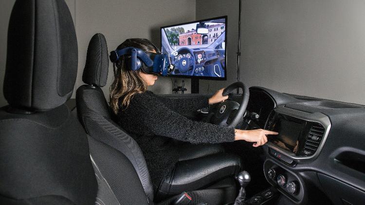 Funcionária usa óculos de realidade virtual para testar ergonomia e comandos da central multimídia - Divulgação