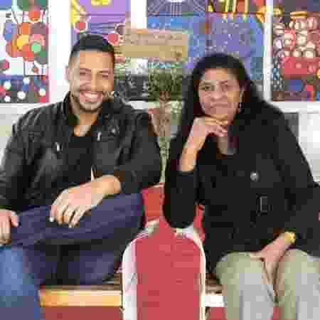 Jairo Silva dos Santos, 31 anos, ao lado da mãe, que o apresentou ao projeto Arrastão  - Arquivo pessoal