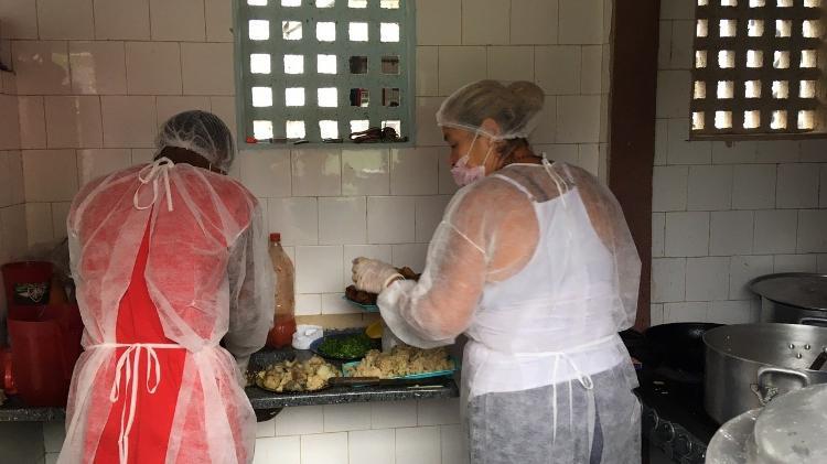 Voluntárias preparam refeição dentro da associação, em São Gonçalo - Fabiana Batista/UOL